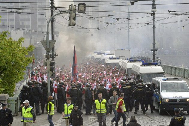 """Na Čechově mostě byla nálada, kterou kolem sebe slávistické """"vojsko"""" šířilo, doslova třaskavá."""