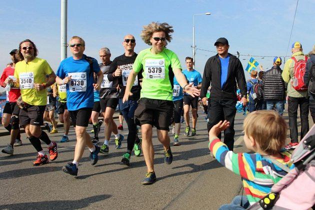 Martin Kavka při pražském maratónu. Taková pohoda, že stihl zdravit i se synem Jáchymem.