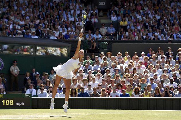 Španělská tenistka Garbiňe Muguruzaová během finále Wimbledonu proti Američance Sereně Williamsové.