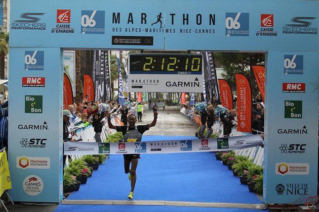French Riviera Marathon: Vítěz právě probíhá cílem.