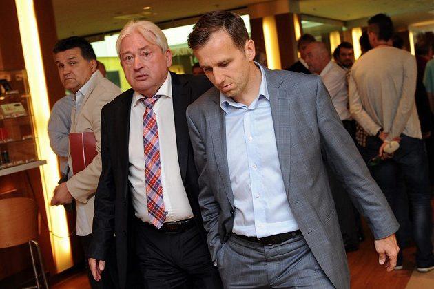 Manažer Pavel Paska (vlevo) a Karel Poborský během Valné hromady Fotbalové asociace.