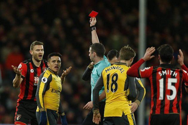 Rozhodčí Michael Oliver ukazuje červenou kartu obránci Bournemouthu Simonu Francisovi (vlevo).