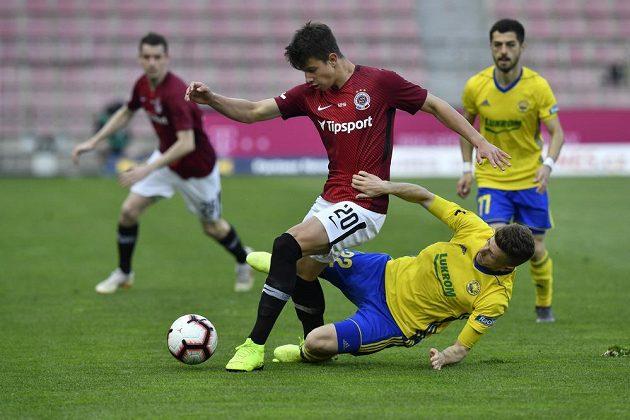 O míč bojují Adam Hložek (vlevo) ze Sparty a Lukáš Bartošák ze Zlína. Vpravo přihlíží Bartošákův spluhráč Vachtang Čanturišvili.