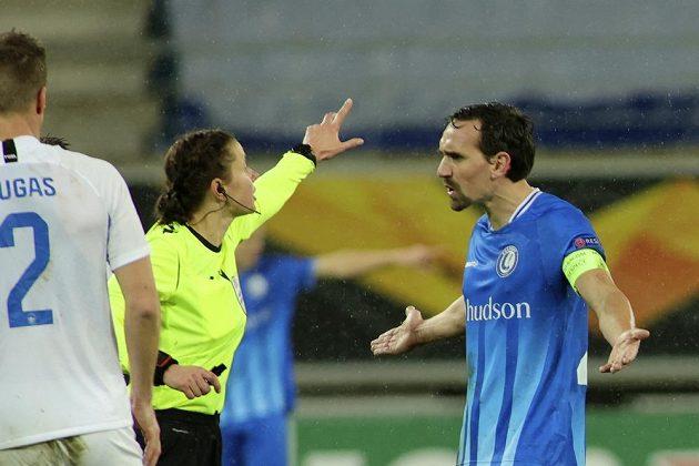 Fotbalista Gentu Sven Kums v rozepři s rozhodčí Katerynou Monzulovou.