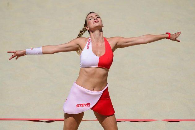 Součástí doporovodného programu na mistrovstvím světa v plážovém volejbale jsou i roztleskávačky.