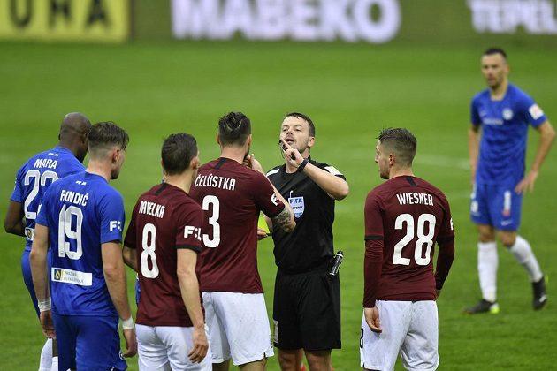Fotbalisté Sparty diskutují s rozhodčím během utkání 30. kola Fortuna ligy na půdě Liberce.