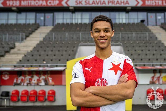 Hned po podpisu smlouvy nová akvizice fotbalové Slavie Alexander Bah vyzkoušela červenobílý dres.