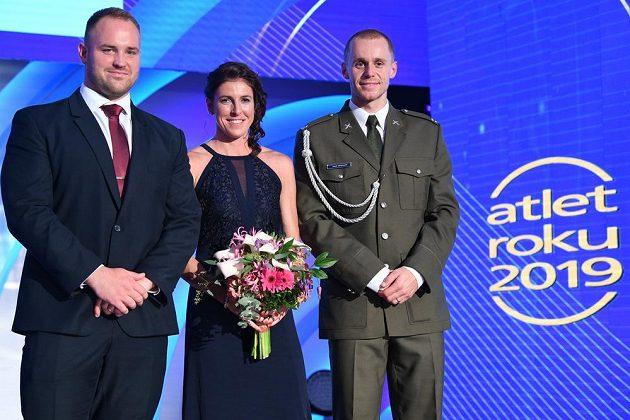 Překážkářka Zuzana Hejnová (uprostřed) ovládla anketu Atlet roku před oštěpařem Jakubem Vadlejchem (vpravo) a koulařem Tomášem Staňkem (vlevo).