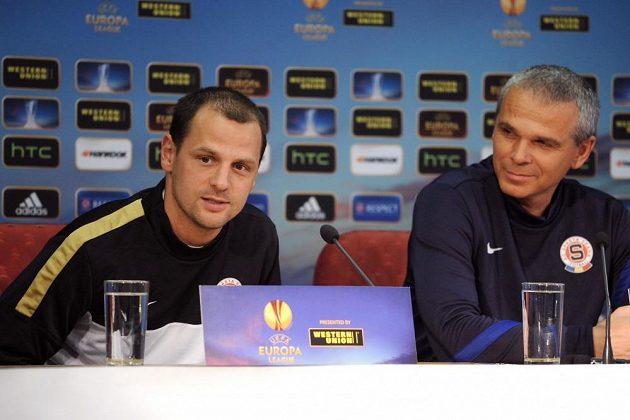 Záložník Marek Matějovský (vlevo) a trenér Vítězslav Lavička na středeční tiskové konferenci před utkáním Evropské ligy mezi Spartou a Chelsea.