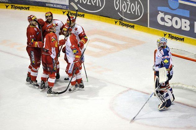 Hráči Slavie se radují z vítězné branky, vpravo je domácí gólman Július Hudáček.