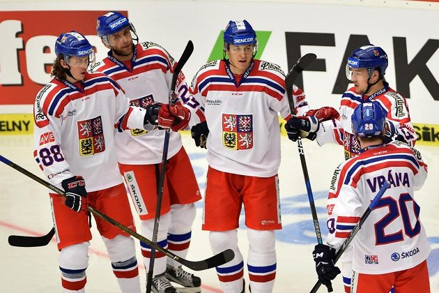 Čeští hráči (zleva) Libor Šulák, Jan Kolář, Lukáš Radil, Jan Kovář a Petr Vrána se radují z gólu.