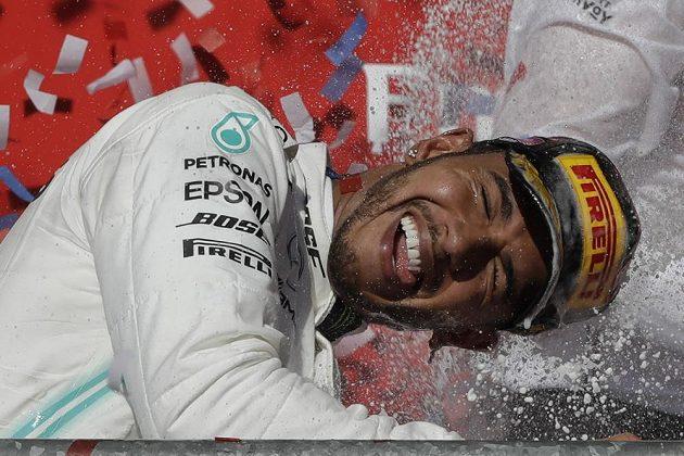 Mistrovská radost. Lewis Hamilton se pošesté v kariéře stal mistrem světa formule 1.