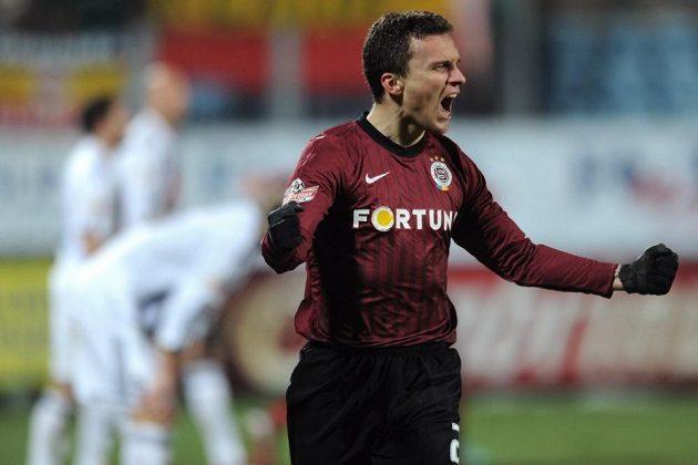 Sparťanský útočník David Lafata oslavuje gól do sítě Českých Budějovic.