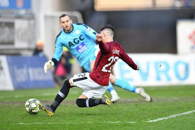 Sparťanský fotbalista Srdjan Plavšič dává gól během pohárového utkání v Teplicích.