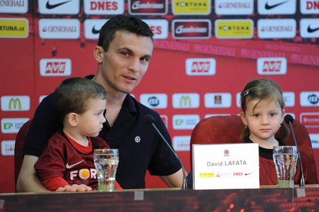 Útočník David Lafata s rodinou (syn Tonda a dcera Vanda) během tiskové konference Sparty k charitativnímu projektu Hledáme rodiče.