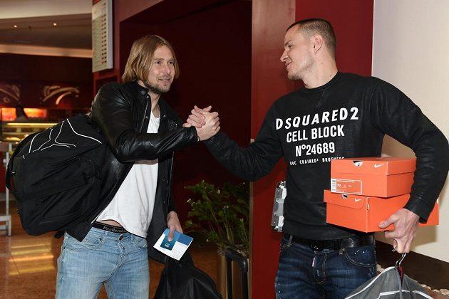 Jaroslav Plašil (vlevo) a Adam Hloušek se zdraví na srazu české fotbalové reprezentace před utkáním s Lotyšskem.