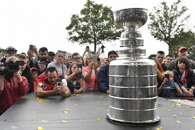 Fanoušci obdivují Stanleyův pohár při oslavách hokejisty Jakuba Vrány v Praze. Vrána získal slavnou trofej NHL s týmem Washington Capitals.