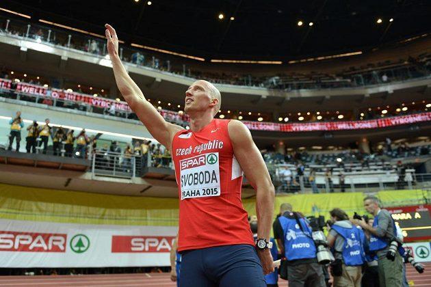 Petr Svoboda zdraví diváky v O2 areně po finále 60 m překážek během halového mistrovství Evropy v atletice.