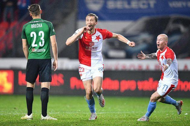 Tomáš Souček (uprostřed) a Miroslav Stoch se radují, Slavia míří za vítězstvím, vlevo smutný Tomáš Břečka z Jablonce.
