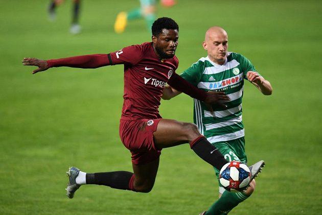 Sparťanský útočník Tetteh v souboji s obráncem Bohemians Köstlem během fotbalového derby.