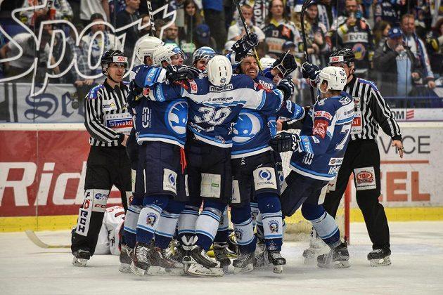 Plzeňští hráči se radují z vítězství nad Vítkovicemi.