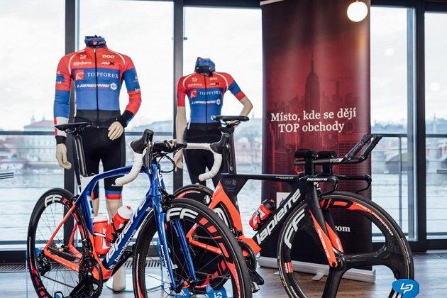Nový design dresů týmu Topforex Lapierre a stroje, na nichž budou závodníci českého týmu startovat.