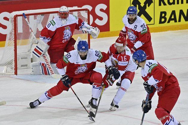 Brankář Šimon Hrubec, Michal Moravčík (60), Robin Hanzl (78) a Adam Musil kolem běloruského reprezentanta Geoffa Platta.