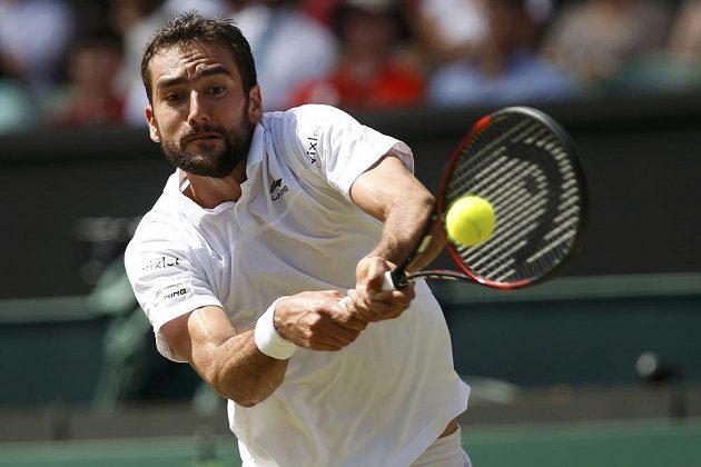 Chorvat Marin Čilič vrací míček na stranu Rogera Federera.
