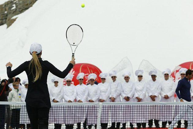 Americká lyžařka Lindsey Vonnová v exhibičním duelu s Rogerem Federerem.