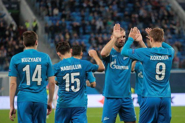 Fotbalisté Zenitu slaví jediný gól utkání