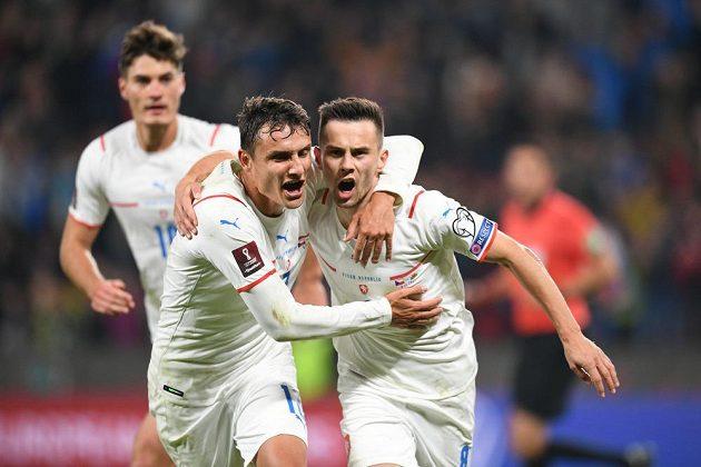 Filip Novák (vlevo) a Jakub Pešek se radují po českém gólu proti Walesu. Vzadu Patrik Schick.