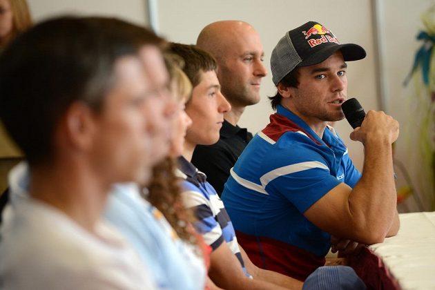 Vodní slalomář Vavřinec Hradilek (vpravo) během tiskové konference k mistrovství světa v pražské Troji.
