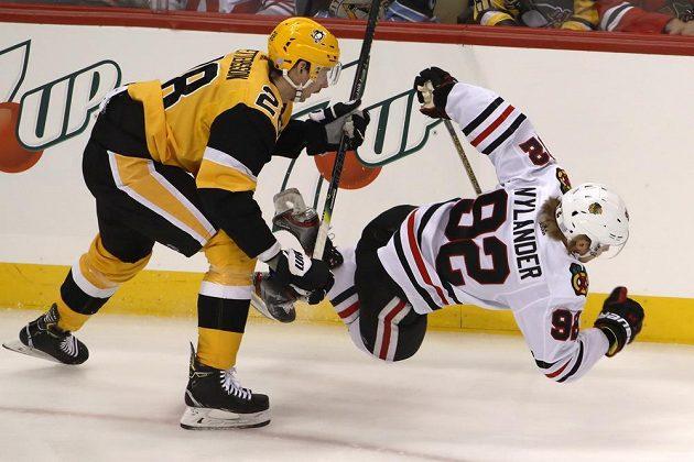 Pettersson z Pittsburghu (vlevo) a hráč Blackhawks Alex Nylander.