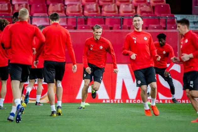 Tomáš Souček (uprostřed) při předzápasovém tréninku na stadionu FC Sevilla.