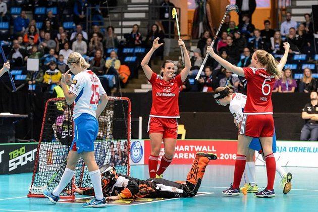 Švýcarky Seraina Ulberová (vlevo) a Lena Cinaová se radují z branky v síti Lenky Kubíčkové, přihlížejí Eliška Vrátná a Klára Leierová (vpravo).