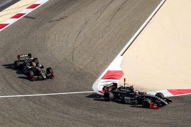Lotusy útočí v Bahrajnu na titul. Vpředu Pietro Fittipaldi, záda mu kryje René Binder.