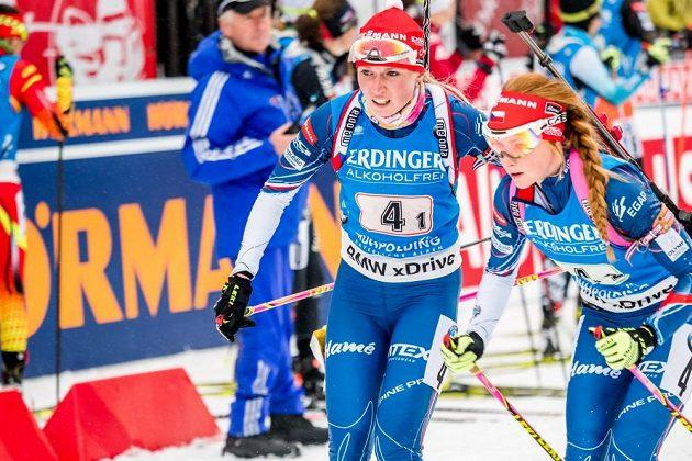 Markéta Davidová (vpravo) přebírá štafetu od Evy Puskarčíkové v závodě biatlonistek v německém Ruhpoldingu.