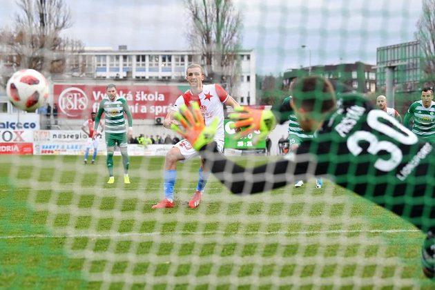 Tomáš Souček ze Slavie proměňuje penaltu proti Bohemians 1905.