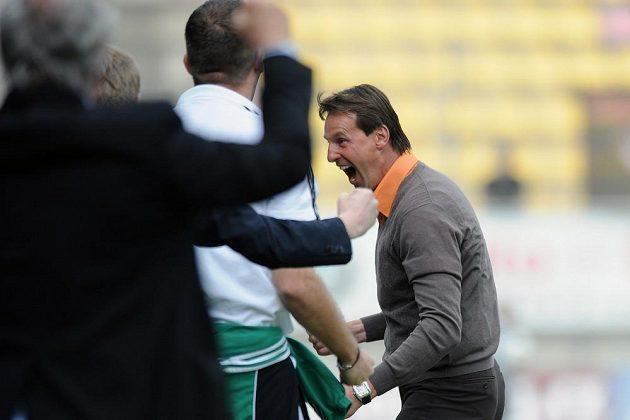 Příbramský trenér František Straka (vpravo) se raduje ze vstřelení gólu proti pražské Slavii.