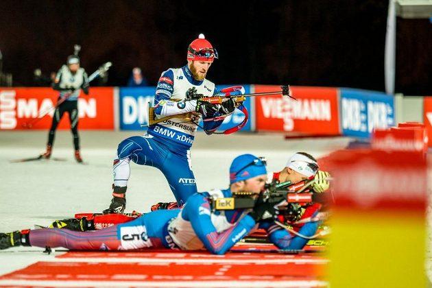 Michal Šlesingr se v závodu smíšených štafet v Östersundu chystá zalehnout ke střelbě.