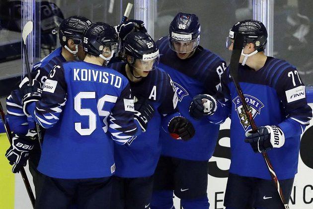 Finský střelec Sebastian Aho se raduje se spoluhráči ze své trefy v utkání mistrovství světa proti USA.
