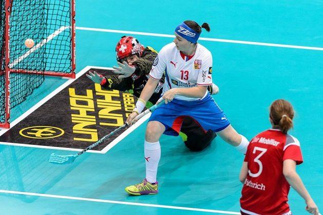 Brankářka Lenka Kubíčková s pomocí Michaely Mlejnková zasahuje proti střele Švýcarky Janine Wuthrichové.