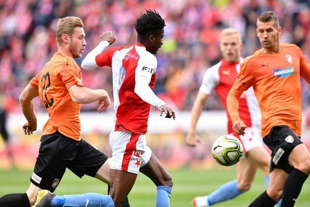 Fotbalista Slavie Peter Olayinka se snaží uniknout plzeňskému stoperovi Jakubu Brabcovi v ligovém šlágru skupiny o titul.
