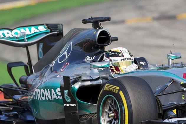 Lewis Hamilton s mercedesem na trati Velké ceny Belgie na okruhu Spa-Francorchamps.