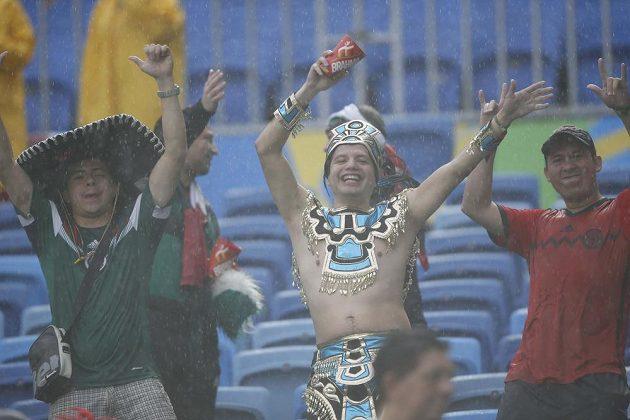 Ani déšť jim nevadil. Mexičtí fanoušci tančí během zápasu s Kamerunem.