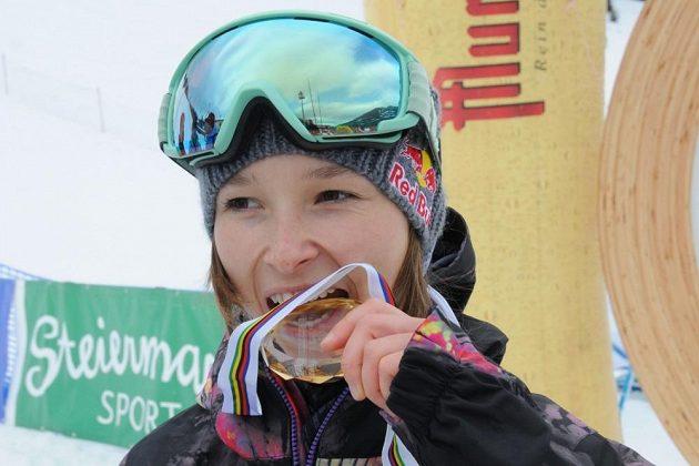 Šárka Pančochová s medailí.