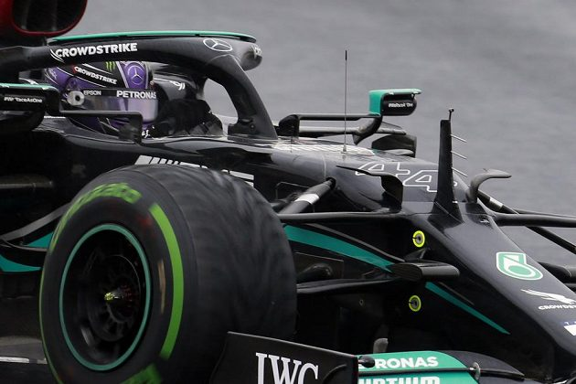 Pilot Mercedes Lewis Hamilton stoupá pořadím.