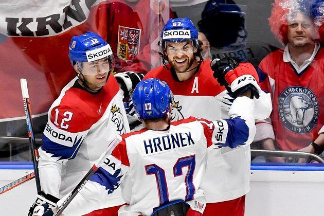 Michael Frolík (vpravo) se raduje z gólu. Zleva jsou Dominik Simon a Filip Hronek.