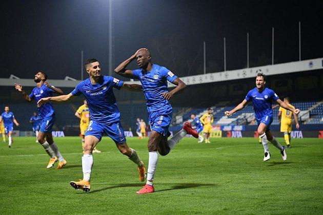 Liberecký Kamso Mara (uprostřed) slaví se spoluhráči vítězný gól z penalty proti APOEL Nikósie.