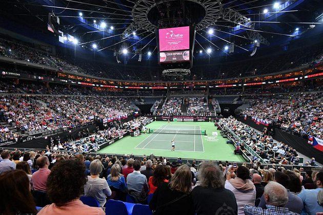 Barbora Strýcová v zápase proti Sofii Keninové z amerického týmu ve finále Fed Cupu v O2 areně v Praze.